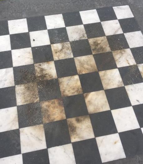 Barbecueën op schaaktafel Máximapark Utrecht: witte velden zwartgeblakerd