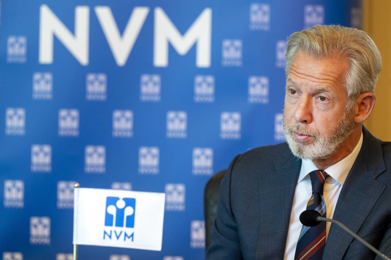 NVM-voorzitter Onno Hoes tijdens de presentatie van de verkoopcijfers van woningen in het tweede kwartaal van dit jaar 2021. Er werden 11,8% minder huizen verkocht ten opzichte van een jaar eerder. En het aantal woningen dat te koop stond, was met 53,8% gedaald ten opzichte van een jaar eerder.  De gemiddelde huizenprijs steeg wel: met 19,9%.