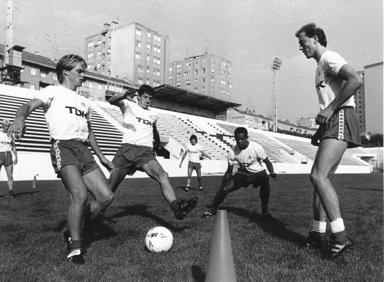 Ronald de Boer, Wim Jonk, Marciano Vink en Hans Werdekker (vlnr) tijdens de training in het Bingostadion in Lissabon in 1988.. Beeld Hollandse Hoogte /  ANP