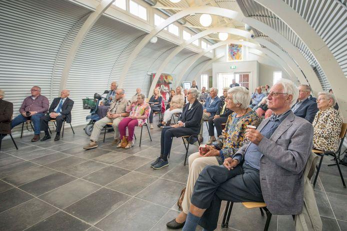 De 24 hoofdpersonen van het boek 'Jong in de Zeeuwse oorlog' luisteren aandachtig naar schrijver Jan van Damme.