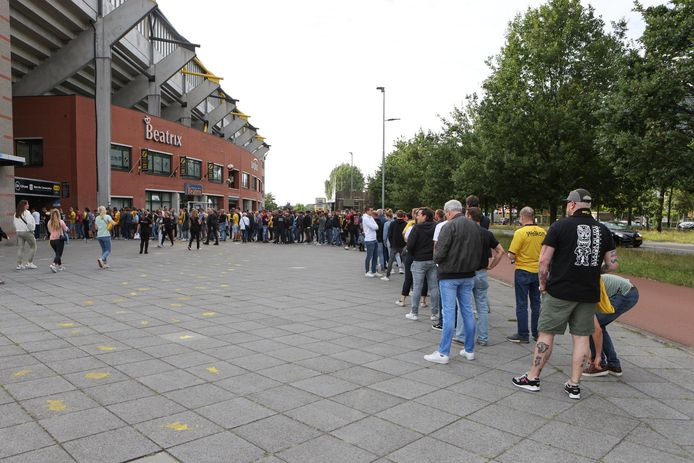 Lange rijen voor de ingang van het NAC-stadion, die later snel verdwijnen.