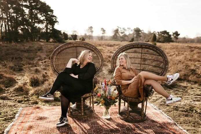 """Anouk Hopster-Krabbenbos (links) en Corrie Weijers beginnen het platform Trouwen in Twente. """"Het wordt veel meer dan een doorsnee website voor toekomstige bruidsparen."""""""