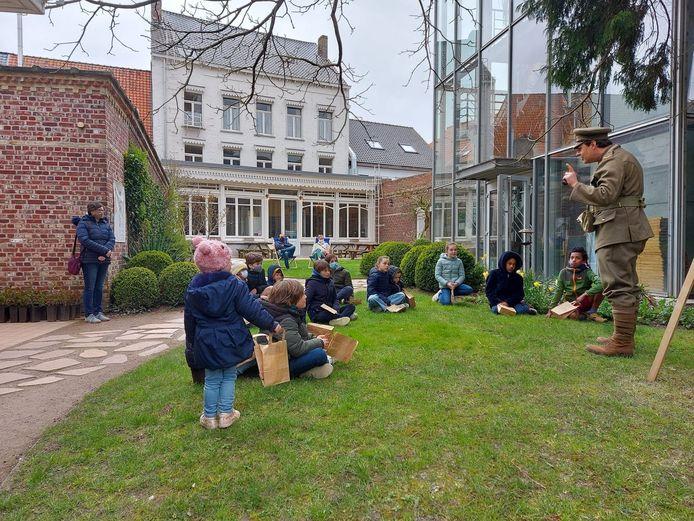 Soldaat Arthur Pettifer neemt kinderen mee op paaseierenzoektocht in de Britse soldatenclub Talbot House.
