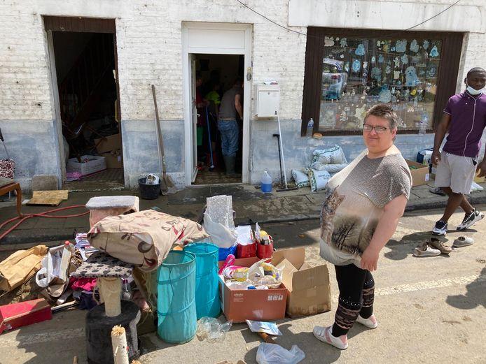 """Nadine Texhy devant ses affaires mouillées. """"Les gens de Liège ont eu plus de mal à s'en sortir."""""""