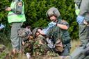 Als gewonden en doden zijn gelokaliseerd, krijgen de gewonden eerste hulp voordat ze met de Chinook vervoerd worden.