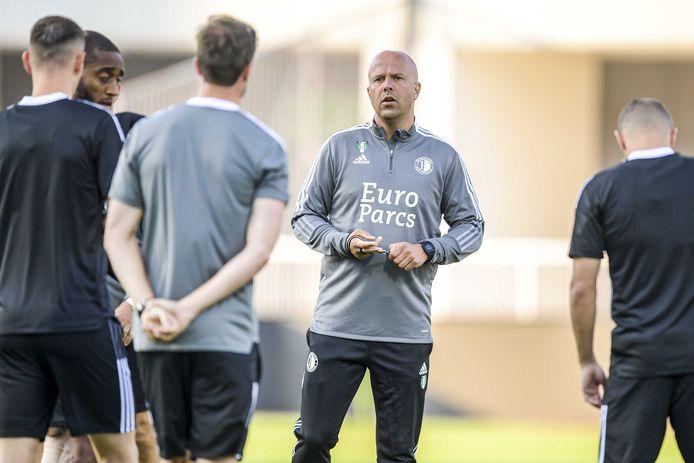 Arne Slot geeft instructies tijdens de training in Kosovo vanavond.