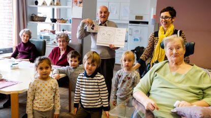Sint-Hubertusschool schenkt fototoestellen aan woonzorgcentrum Maria Boodschap
