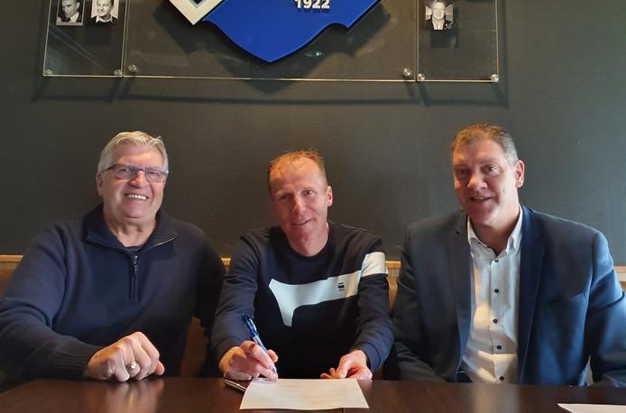 Trainer Roel Nabuurs (midden) met bestuurslid Hennie van der Gouw (l) en voorzitter Erik Vos van Brabantia.