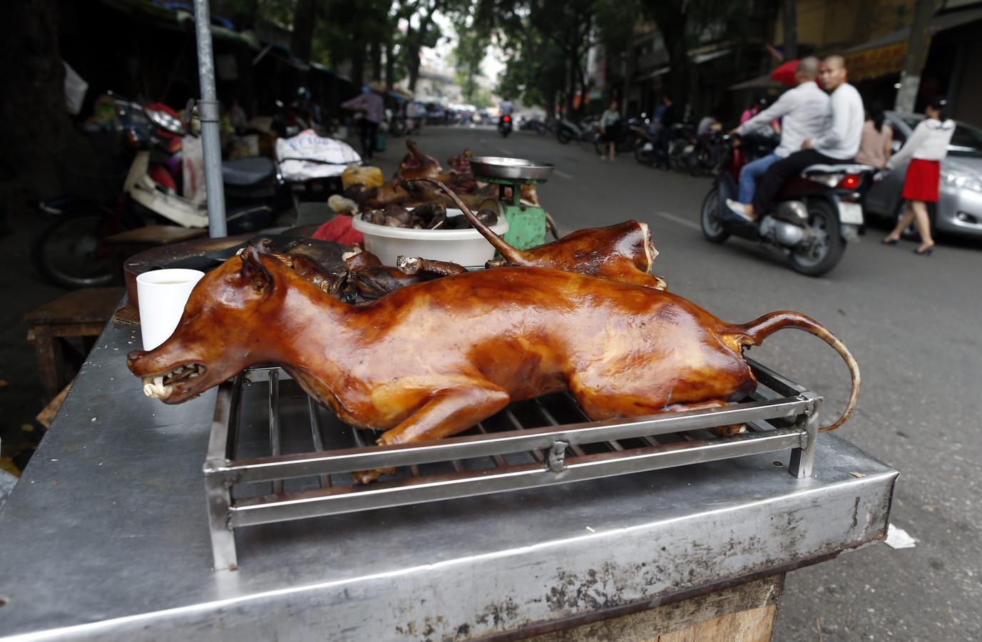 Viande de chien grillée proposée dans une rue de Hanoï (archives, septembre 2012)