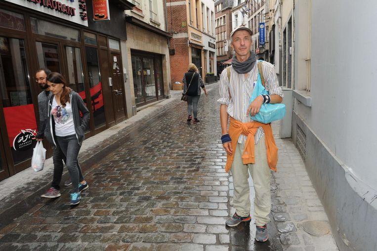 Sven Verelst legt elke verplaatsing te voet af, zodat hij geen geld moet uitgeven aan een MIVB-abonnement.