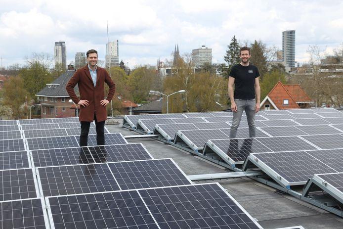 Wethouder Rik Thijs (links) en Jos Timmers van het Parktheater op het dak van het Parktheater waar sinds kort zonnepanelen liggen