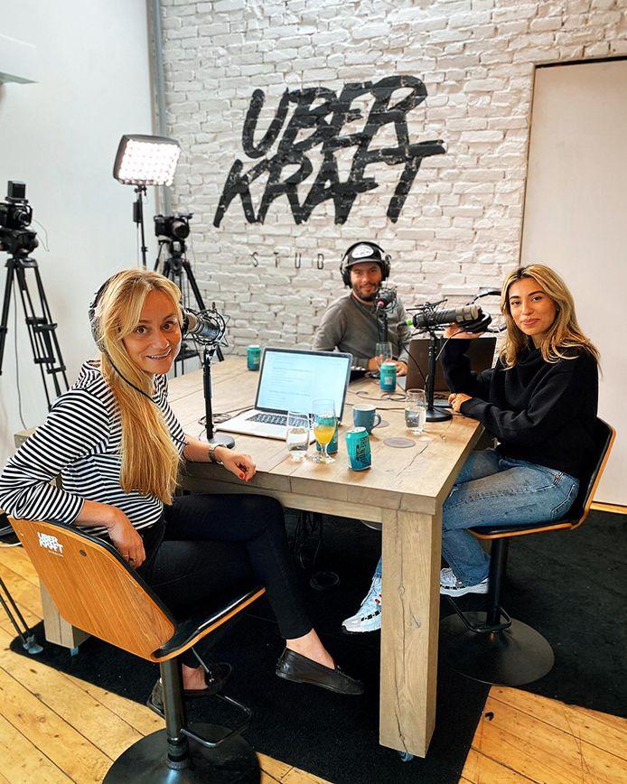 Charlene Heezen (l), Kevin Goes en Hila Noorzai na de opnames van Bingewatchers in de Uberkraft Studios in Amsterdam