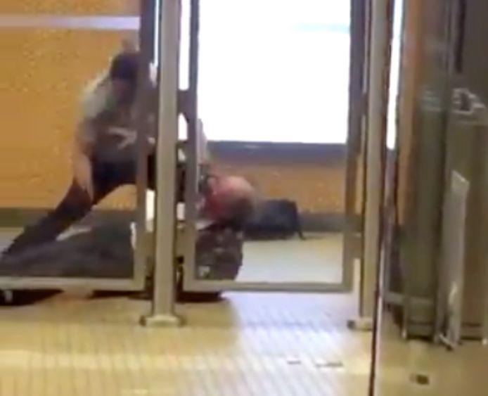 Man krijgt messteek in station Kruidtuin