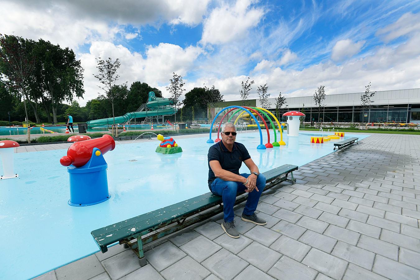 Manager Frank Holterhuis van zwembad De Louwert in Hendrik-Ido-Ambacht. Het buitenbad kan maandag niet open vanwege een lek.