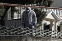 Een forensische speurder bij de woning van het slachtoffer.