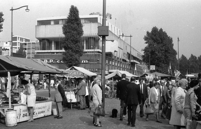 De Markt met erachter het Twaalfprovinciënhuis. Het gebouw opende in 1955. (Foto gemaakt in 1969)