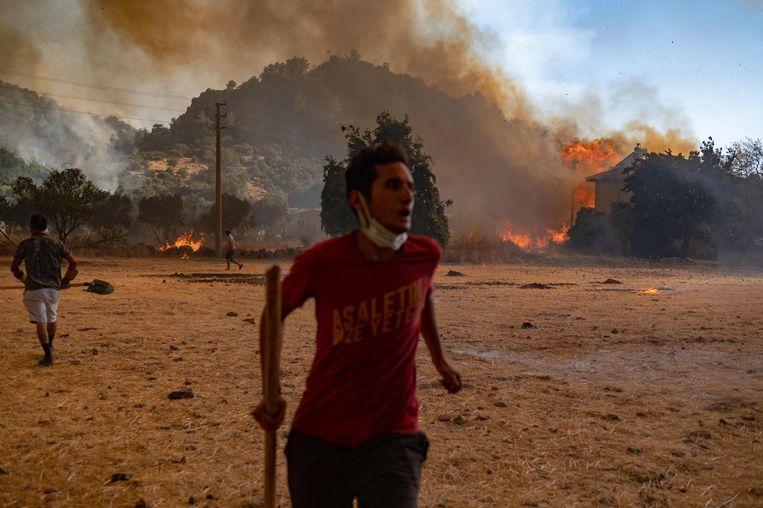 Verschillende groepen vrijwilligers sloten zich in Turkije aan bij de brandweerlieden om zo de branden te overmeesteren en slachtoffers te helpen. Volgens de regionale regering zijn sommige branden aangestoken. Beeld AFP