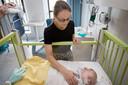 Moeder Nicole van Oosterwijck bij haar zoontje Milo die vanwege benauwdheid opgenomen moest worden in het Amphia Ziekenhuis.