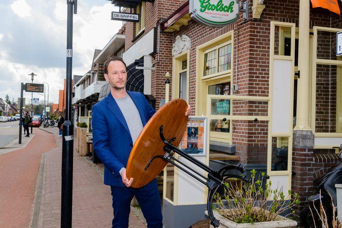 Joram Wenselaar van café restaurant De Nieuwe Griffel verheugt zich al dat hij zijn terras kan openen en uitbreiden voor de deur de buren.