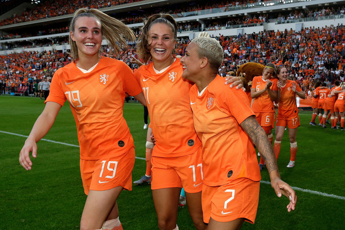 Jill Roord, Lieke Martens en Shanice van de Sanden na de 3-0 zege op Australië.