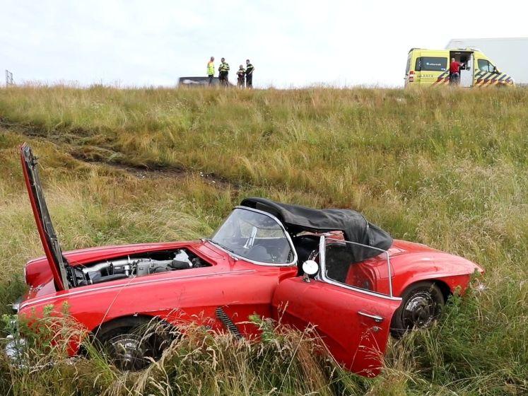 Rode Corvette schiet van talud en maakt koprol