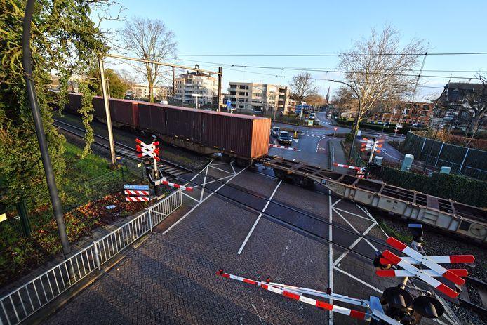 Een goederentrein passeert de spoorwegovergang in de Deldenerstraat in Borne.