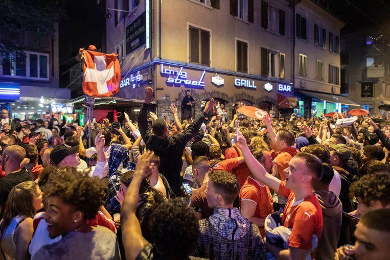 Zürich, gisteravond. Zwitserse fans vieren feest na de zege op Frankrijk.  Beeld AP