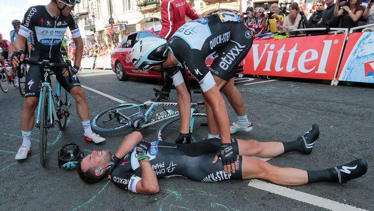 Cavendish ligt op de grond nadat hij met Gerrans tegen de vlakte is gegaan in de ontknoping van de eerste etappe van de Tour. Beeld null