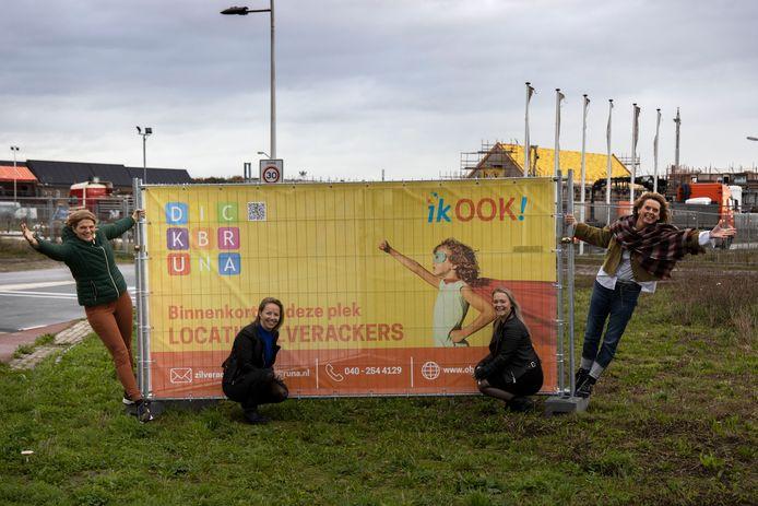 Leerkrachten en directeur van basisschool Dick Bruna samen met de directeur van de kinderopvang op de nieuwbouwlocatie in Zilverackers.