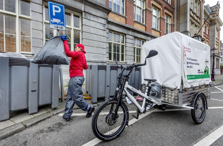 Vuilnis dat met een bakfiets aan huis is opgehaald, wordt gesorteerd op het Raamplein. Beeld Jean-Pierre Jans