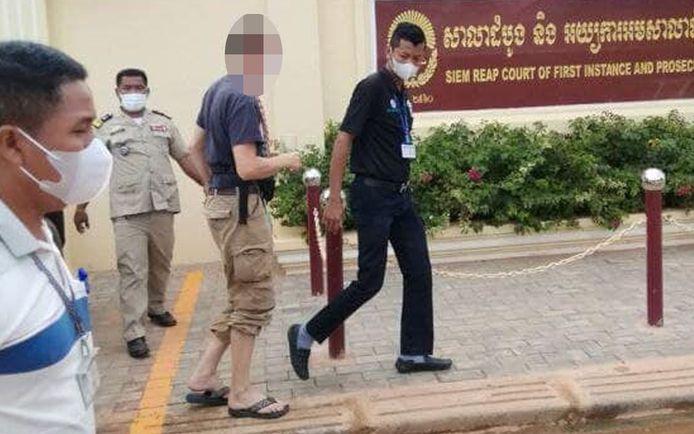 De vijftiger werd opgepakt nadat vier moeders van meisjes tussen 10 en 13 jaar naar de politie stapten.