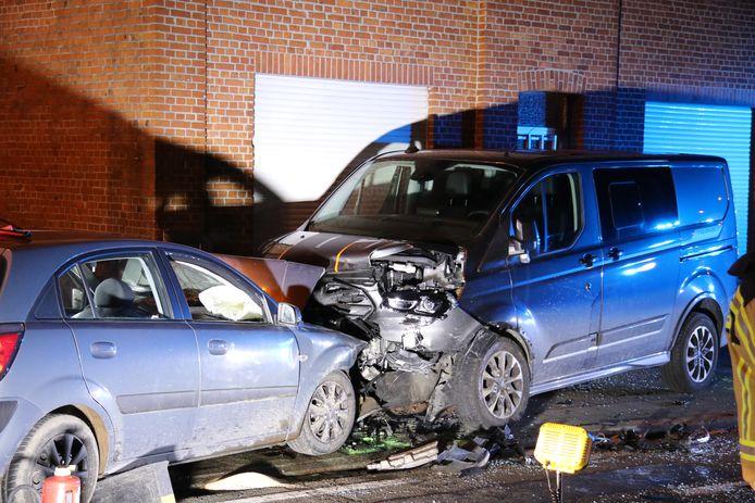 De bestuurder van de Kia raakte zwaargewond bij de frontale klap.