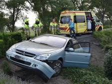 Auto raakt van de weg en belandt in tuin, slachtoffer naar het ziekenhuis