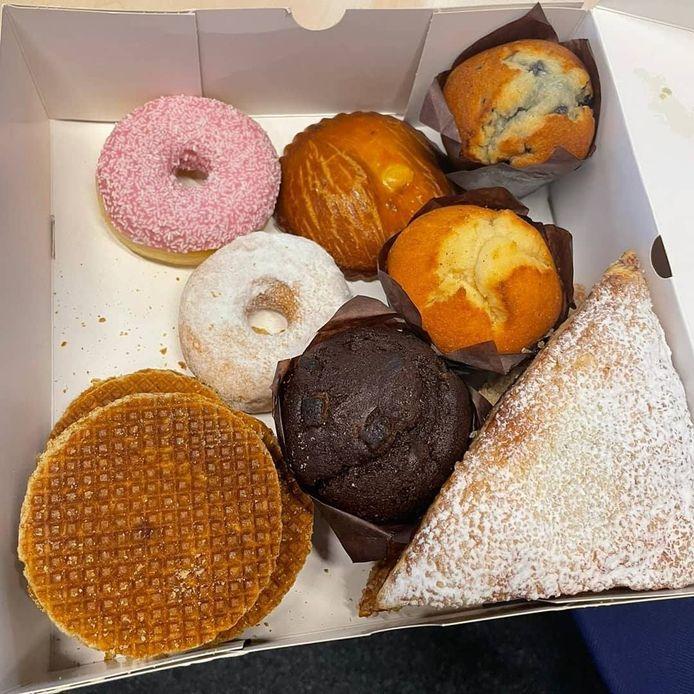 De doos vol lekkers werd bezorgd op het politiebureau aan de Stieltjesstraat.