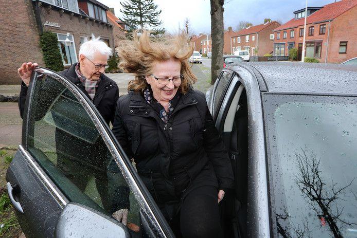 In Breda loopt het vervoersproject al. Hier brengt chauffeur Henk Zodenkamp passagier Coby van der List naar het Amphia ziekenhuis.