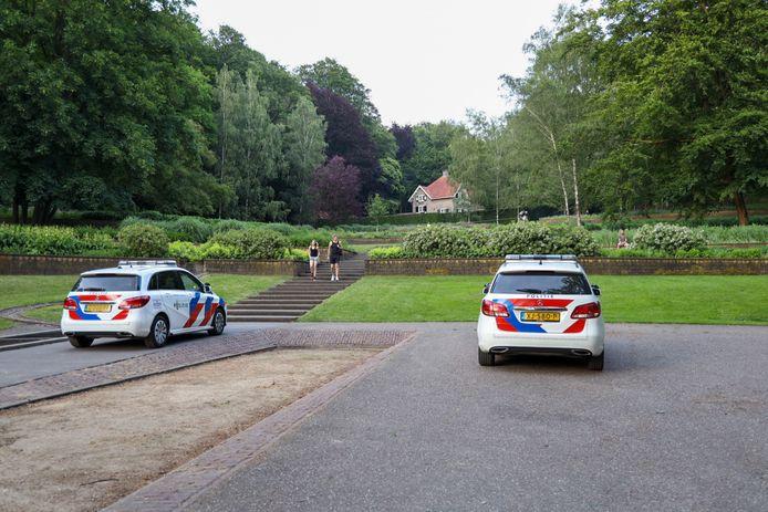 Veel politie bij Park Sonsbeek. Bij een ruzie in de Steile Tuin van het park zou een vuurwapen in het spel zijn geweest.
