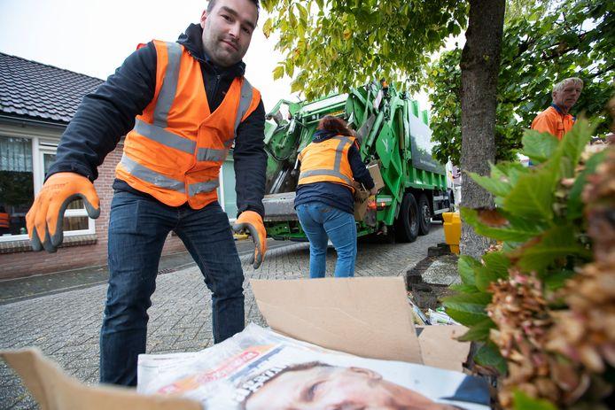 Voor het eerst sinds maart rijdt de oudpapierwagen weer elke twee weken in Borculo. Stefan Woestenenk haalt met andere leden van Volharding oud papier van straat.