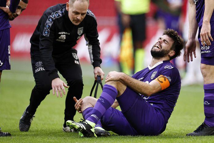Robin Pröpper schreeuwt het uit nadat Lassina Traoré op zijn knie is gevallen. De aanvoerder van Heracles is bang voor opnieuw een zware blessure.