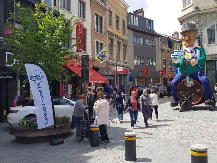 Reus Vaantjesboer keek ook al in 2018 tijdens de Braderie naar de koopjesjagers in het centrum van Halle.