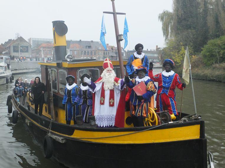 Sinterklaas en zijn gezelschap arriveren met de stoomboot.