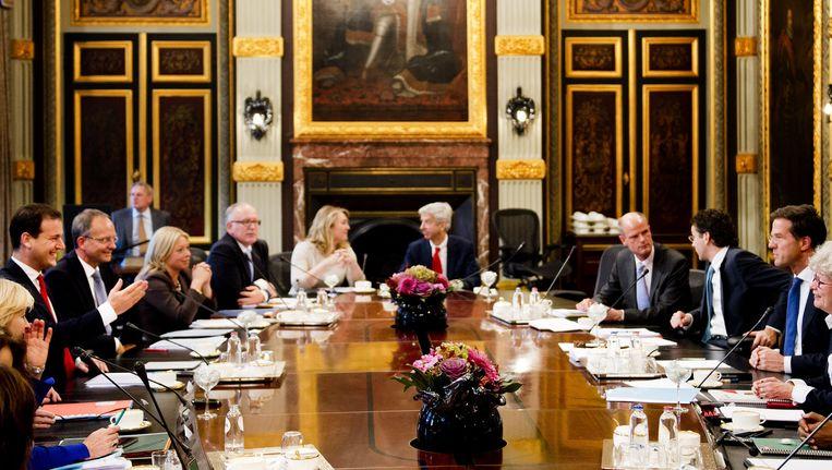 Het kabinet-Rutte II bijeen in de Treveszaal voor de eerste ministerraad in 2012. Beeld anp