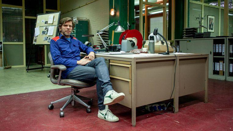 Kurt Loyens op de groen-bruine filmset van Bureau Warmoesstraat. Beeld Lin Woldendorp