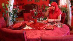 Vrouw met obsessie voor 'rood' wil bizarre levensstijl na haar dood verderzetten
