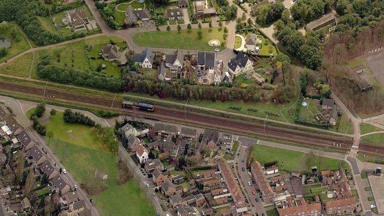 Spoorlijn door een woonwijk in het Brabantse Gilze-Rijen. Beeld