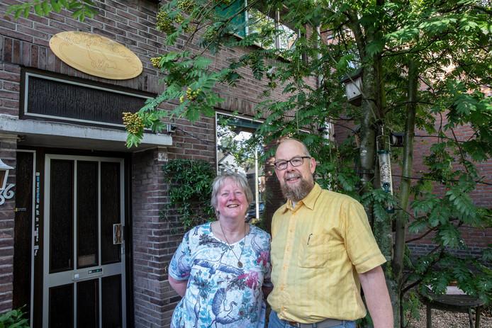 Echtpaar Smits voor hun woning Kattekwaad in Eindhoven. Huis met een naam.