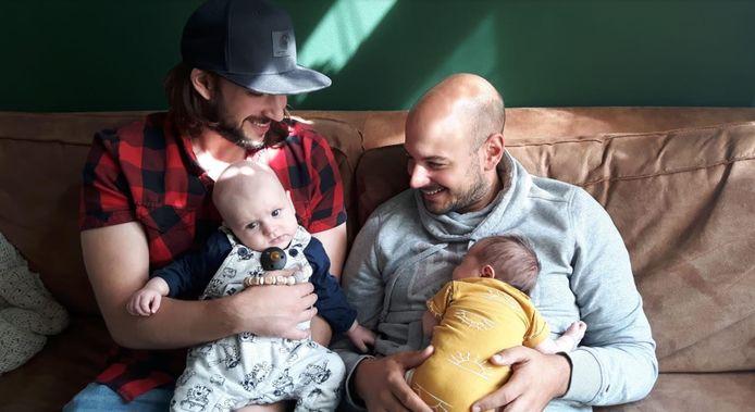 Maurice en Gerard met hun kinderen, die kwamen al net zo poedelnaakt ter wereld als de vaders - alias de 'birthdaysuit-boys' - zelf op reis gingen.