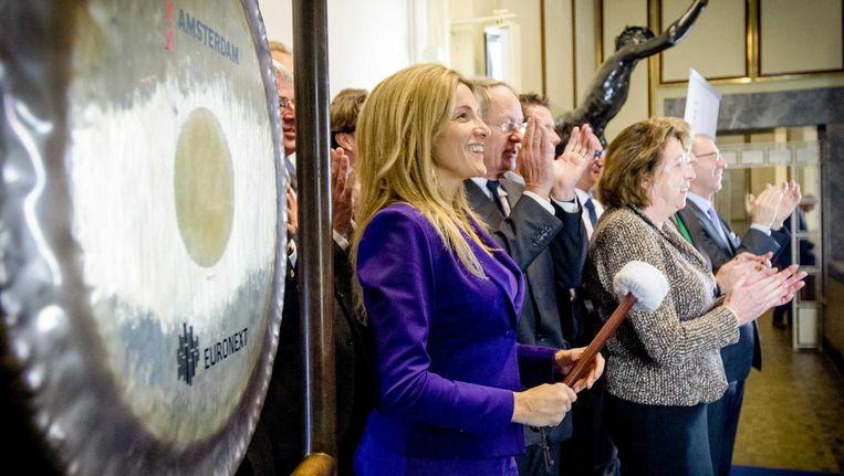 Lucille Werner opent de beurshandel met een slag op de gong ter ere van Wereldgehandicaptendag, 3 december 2014. Beeld anp