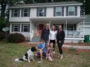 De familie Van Bussel voor haar woning in Saratoga Springs.