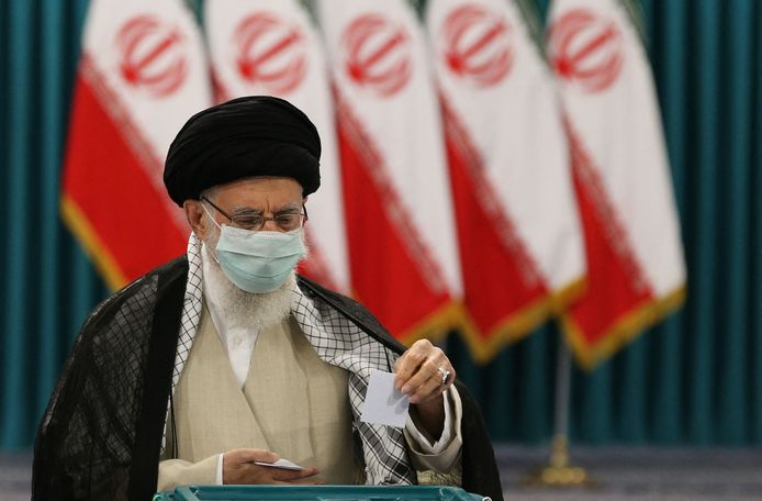 Le guide suprême de l'Iran, l'ayatollah Ali Khamenei, vote pour l'élection présidentielle dans un bureau de vote de la capitale Téhéran, le 18 juin 2021.