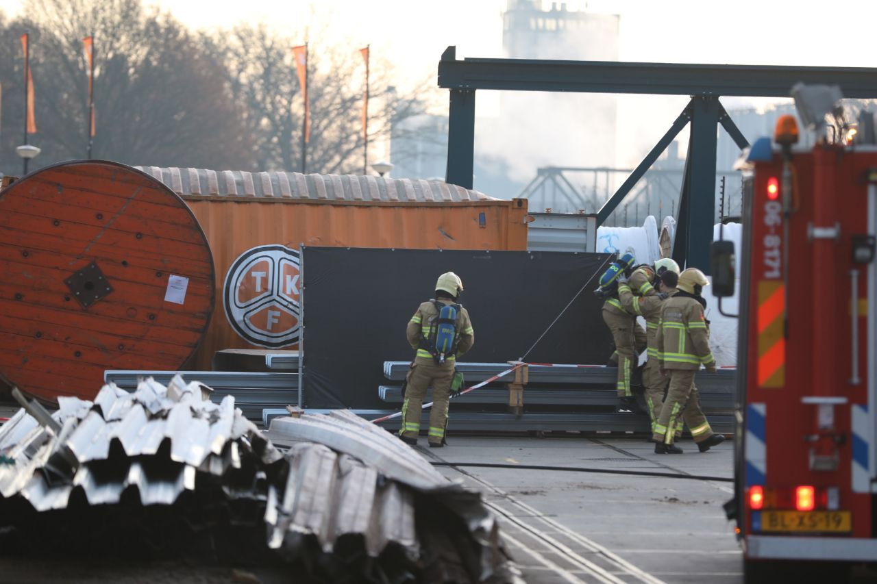 De brandweer is massaal aanwezig op het terrein van de Twentsche Kabelfabriek in Lochem.